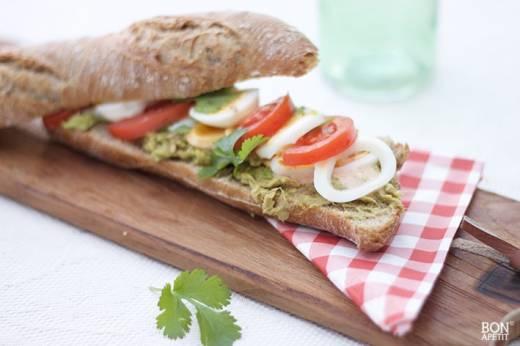 broodje met avocado en tonijn