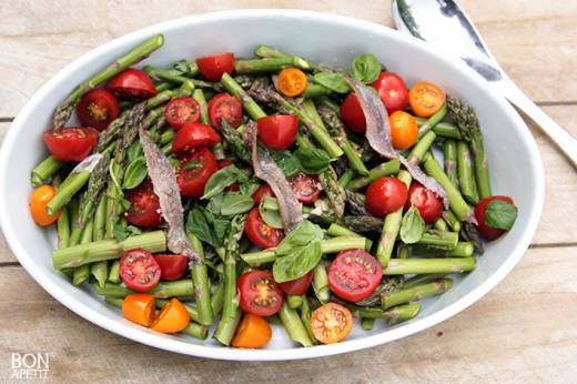 groene asperges met tomaat
