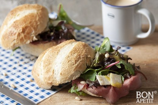 lekker lunch recept broodje rosbief met rucola, kaas en saus