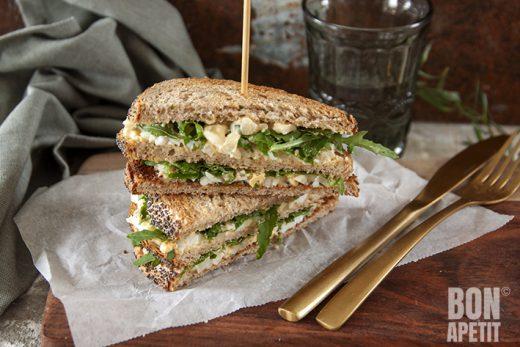sandwich met eiersalade, truffel en parmezaanse kaas